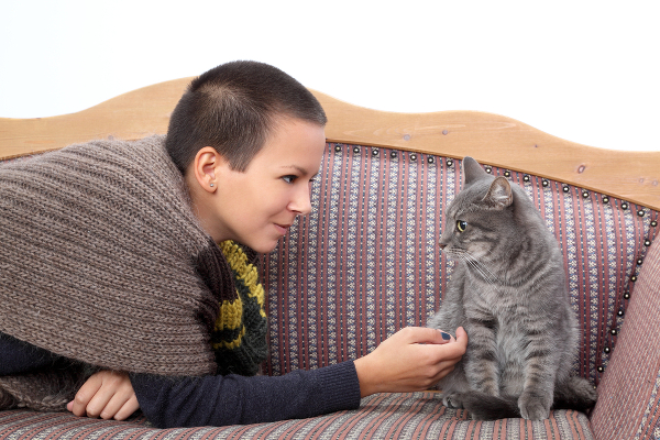 3-pet-sitter-and-cat117285388