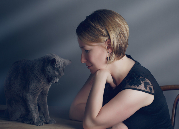 woman-russian-blue-cat-table-140358025
