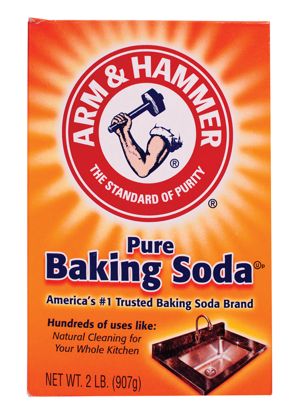 litter-box-cleaning-baking-soda-186834020