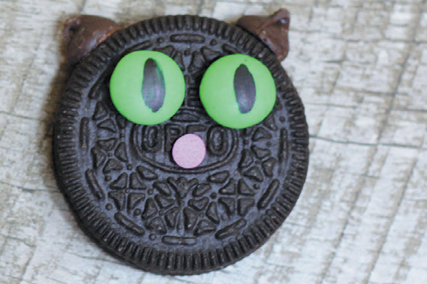DIY Cat Oreo cookies.